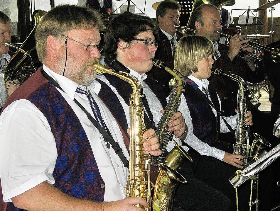 Beim Schlossparkfest in Oberrimsingen ... der Musikverein Kiechlinsbergen auf.   | Foto: ines süssle