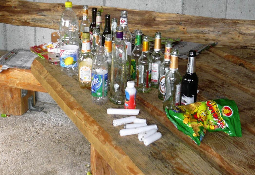 Der Schwarzwaldverein Hausen musste na...erberghütte viele Flaschen einsammeln     Foto: Privat