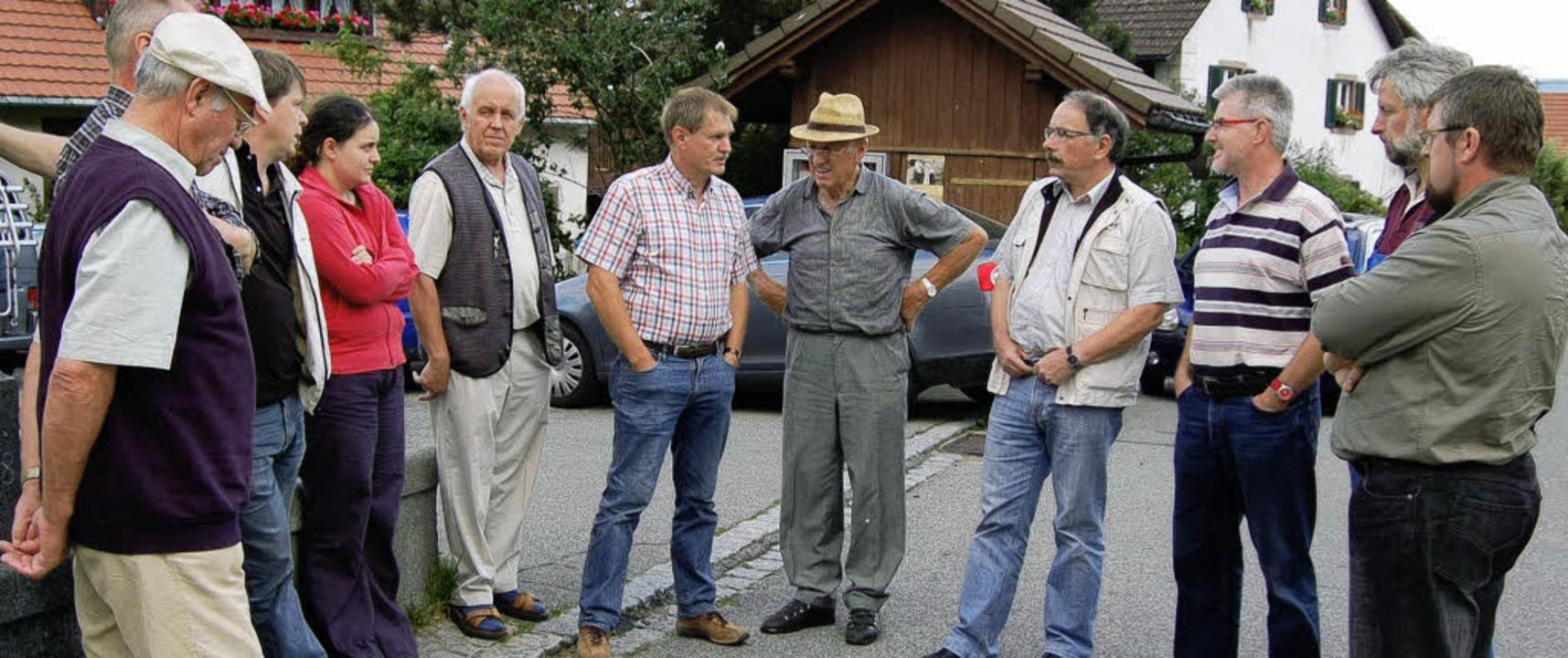 Im Gespräch mit Bürgern: Die Teilnehmer der CDU-Tour de Zell in Pfaffenberg.      Foto: Paul berger