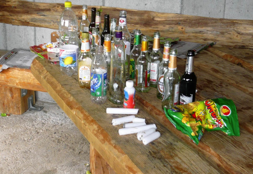 Der Schwarzwaldverein Hausen musste na...rberghütte viele Flaschen einsammeln.     Foto: Privat