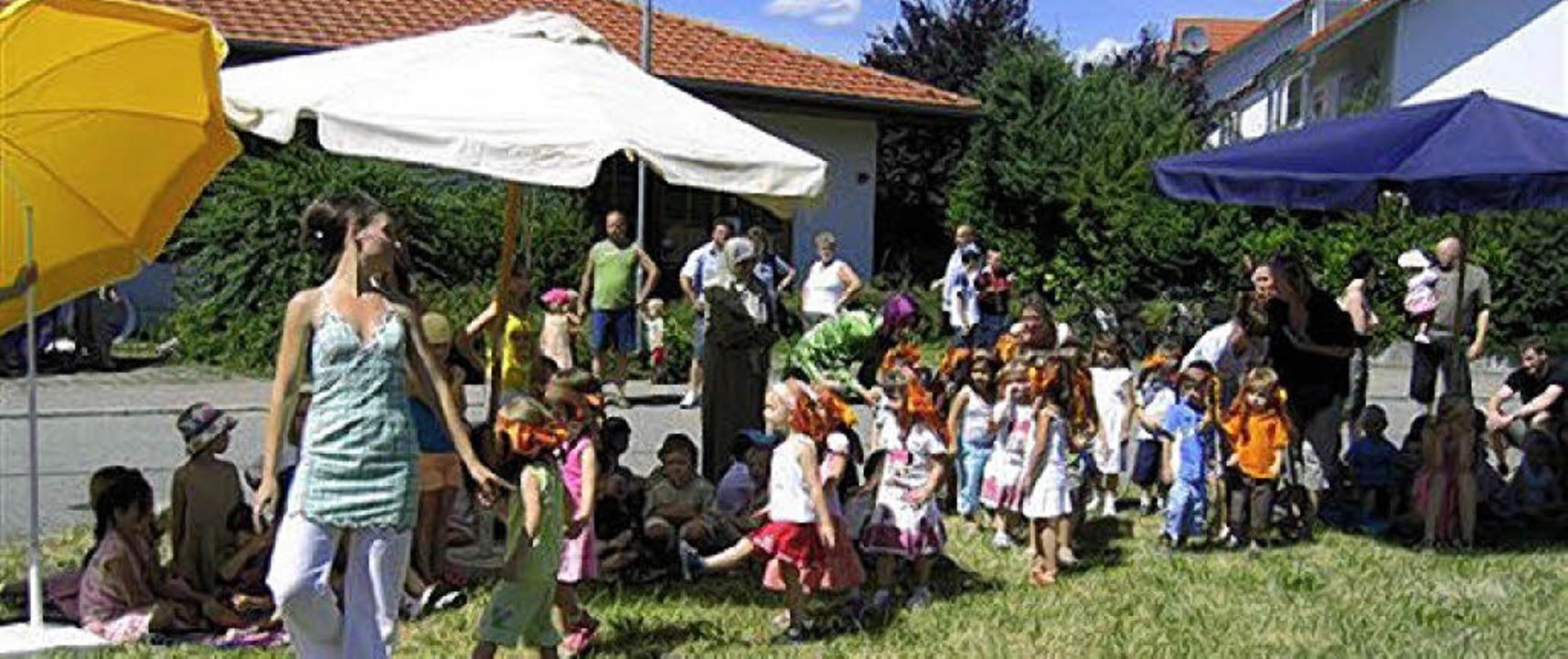 Beim Sommerfest weihte der Kindergarte...n neu gestaltetenen Außenbereich ein.     Foto: BZ