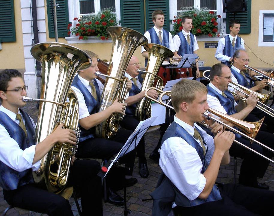Da war's noch trocken: Die Musik... ihrem Auftritt auf dem Rathausplatz.     Foto: Karlernst Lauffer