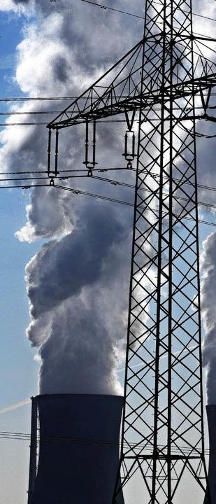 Noch lässt das Atomkraftwerk Grafenrheinfeld Dampf ab.   | Foto: dpa