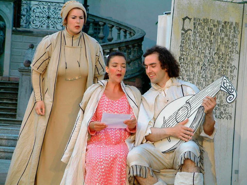 Das Liebespaar Maria und Werner, argwöhnisch beäugt von der Gräfin Wildenstein  | Foto: Roswitha Frey