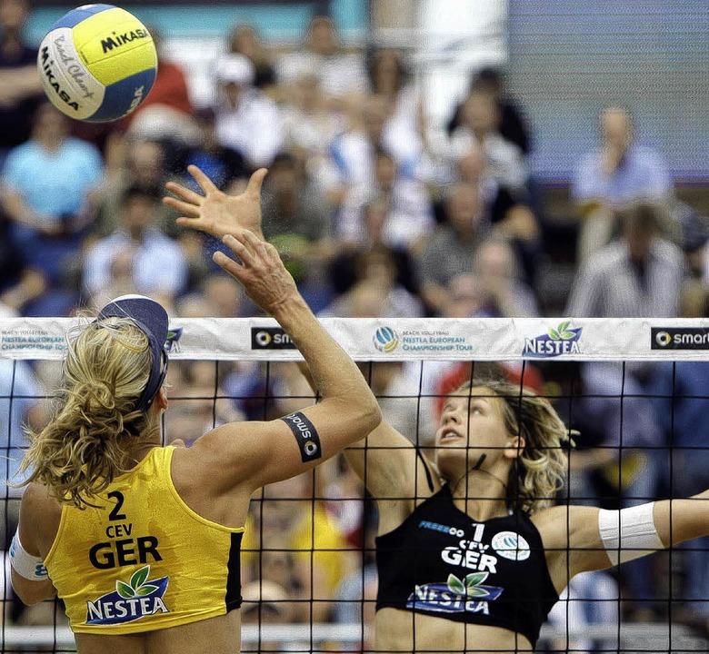 Netzduell zweier Olympia-Hoffnungen:  ...udwig (hinten) blockt Stephanie Pohl.   | Foto: dpa