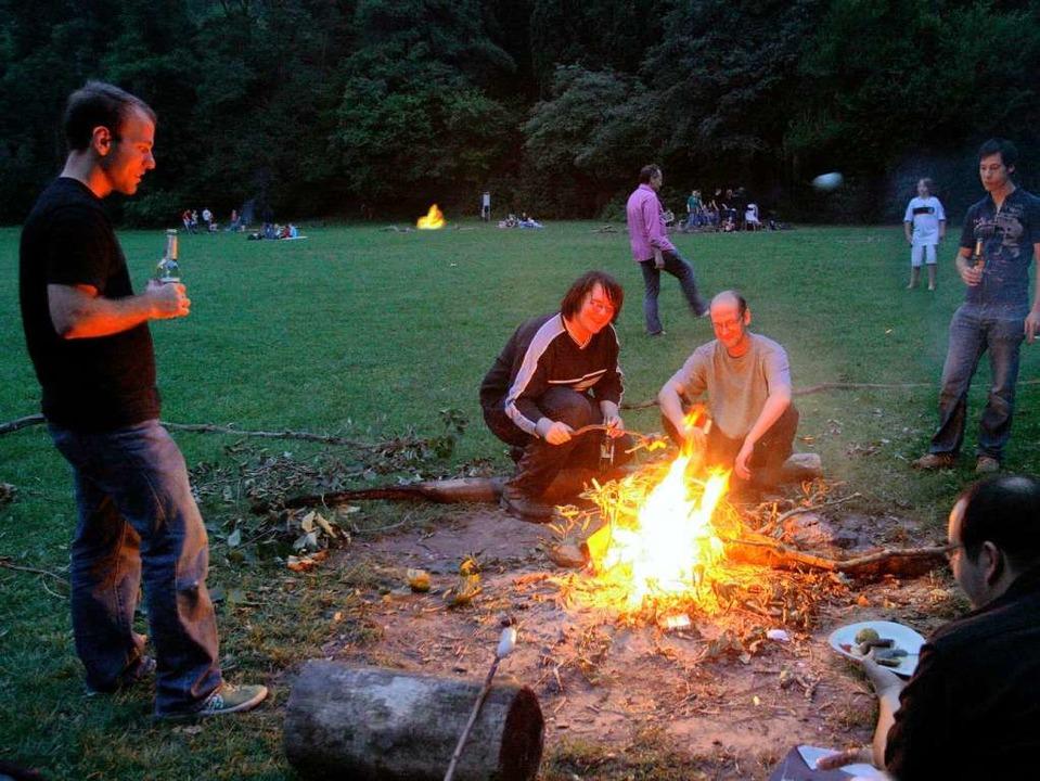 Nicht immer gehe es so friedlich  zu w...eser Lagerfeuerparty, klagen Anwohner.  | Foto: Rita Eggstein