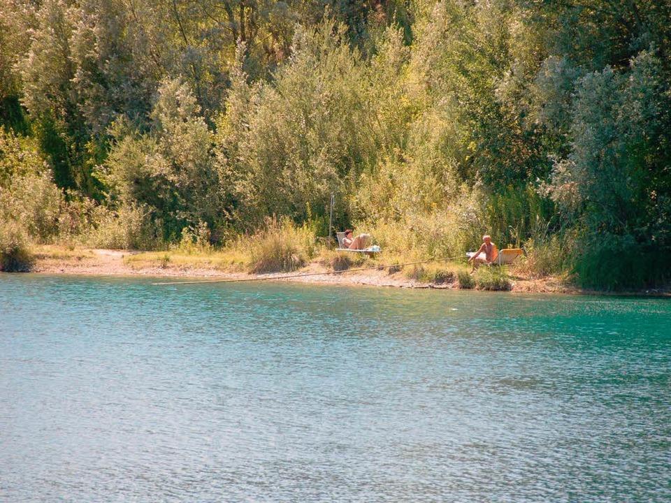 Das dicht bewachsene Ufer bietet Sonnenanbetern nur wenig Platz.  | Foto: Claudia Krappitz