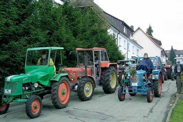 Oldie-Traktoren bahnen sich schnaubend ihren Weg