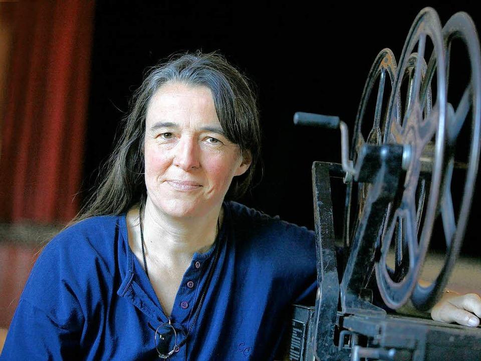 Claudia Mayer und ein alter Filmprojektor.  | Foto: Christoph Breithaupt
