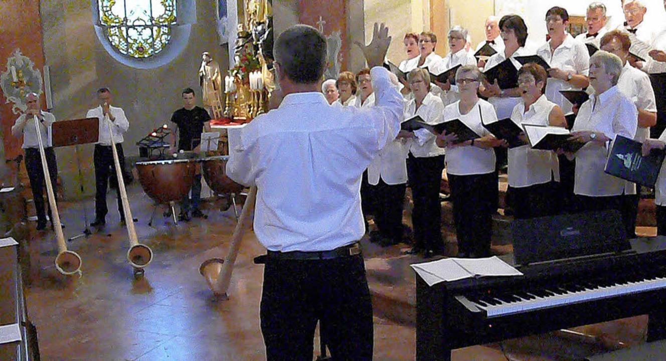 Die Alphornbläser und der Kirchenchor führen eine Messe auf.   | Foto: Frank Leonhardt