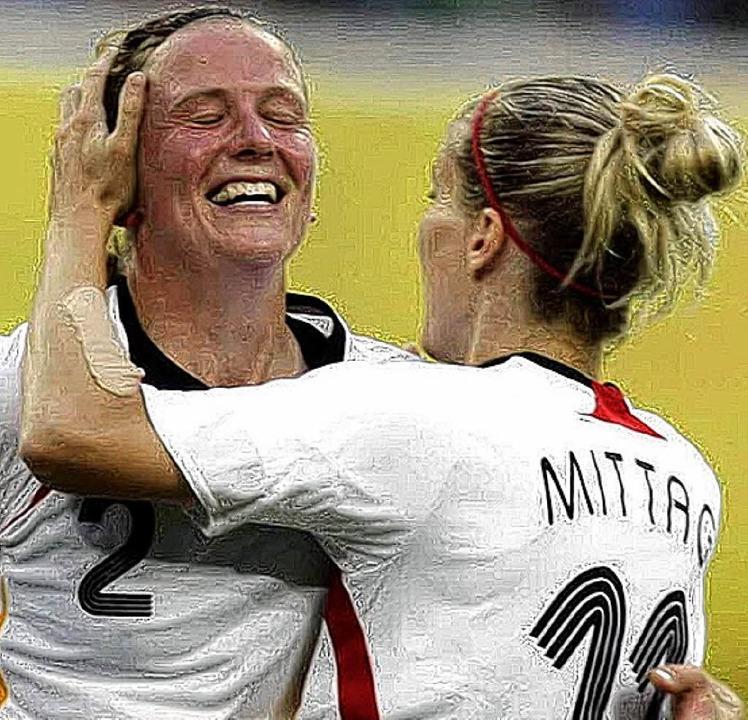 Torschützin Kerstin Stegemann freut sich mit Anja Mittag.   | Foto: afp