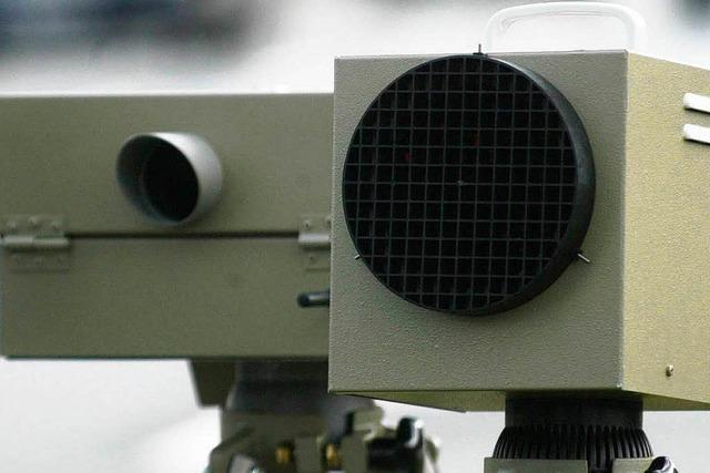Seniorin mäht Radaranlage um