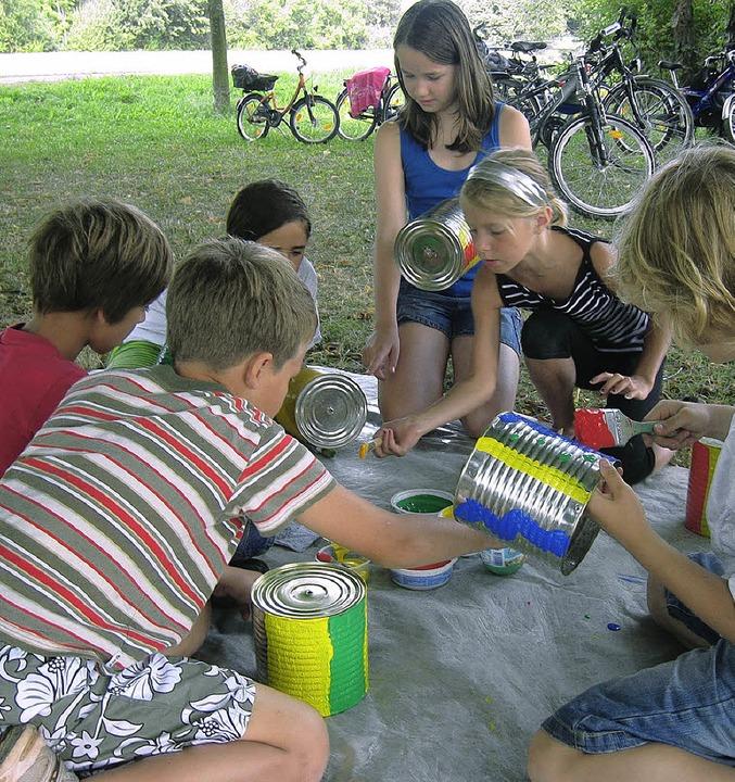 Aus Blechdosen gestalteten die Kinder ...ie mit Erfolg ein Holzrad zum Laufen.   | Foto: miriam dippe
