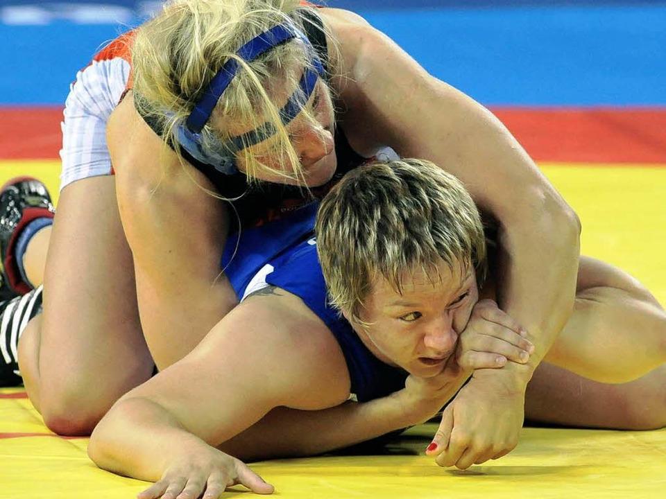 Chancenlos: Anita Schaetzle (unten) gegen  Agnieszka Wieszczek aus Polen  | Foto: dpa