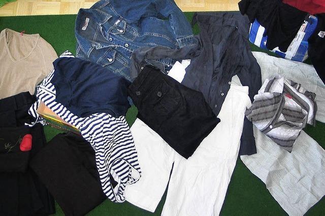 Röcke und Jeansjacken im Pampers-Karton