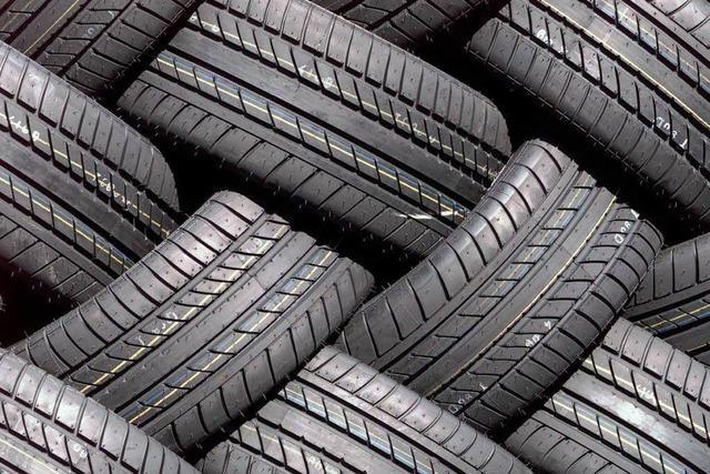 Vier Sätze Reifen mit Felgen abmontiert