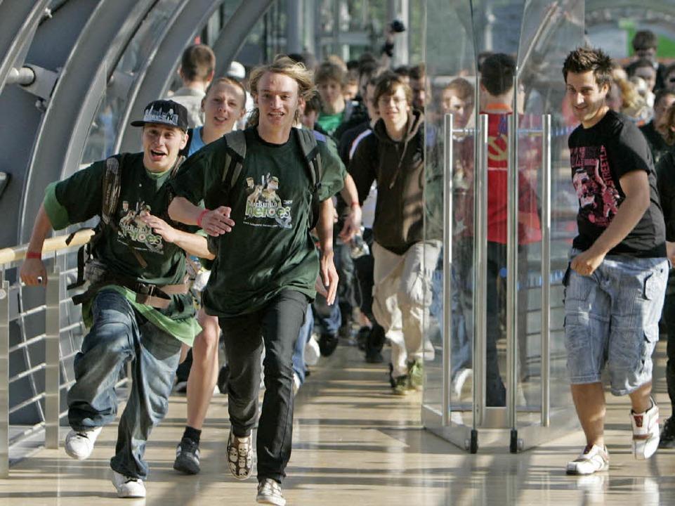 Szenen wie beim Sommerschlussverkauf: Besucher stürmen  die Games Convention.   | Foto: dpa