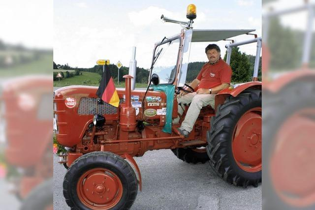 Mit dem Oldie-Traktor über die Alpen