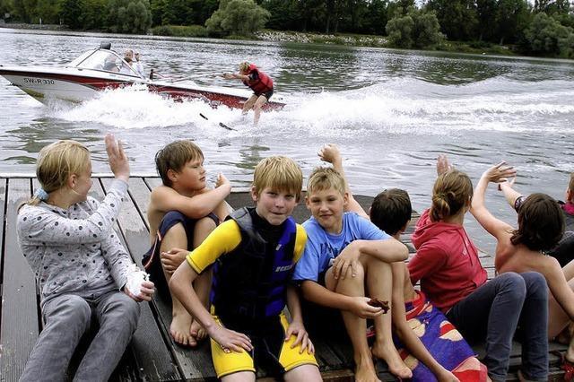 Mit Skiern auf dem Wasser