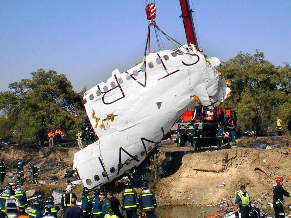 Bergungsarbeiten in Madrid. Zum Absturz hat offenbar die Schubumkehr geführt.    Foto: dpa