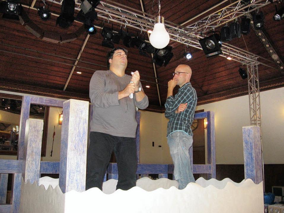 Tenor Eric Laporte als Narciso (links)... von Regisseur Joachim Rathke beäugt.   | Foto: Andrea Drescher