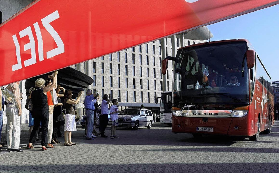 Endlich am Ziel: Der Avantibus vor dem Konzerthaus  | Foto: Rita Eggstein