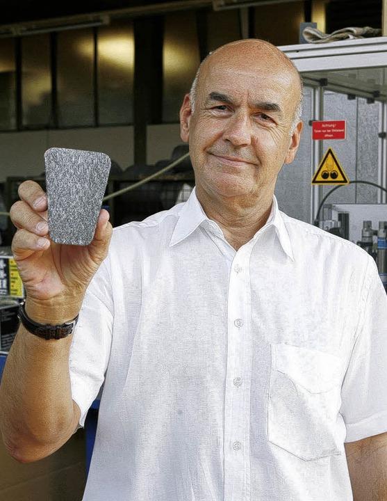 Stefan Grüb präsentiert das jüngste Pr...niger für verschmutzte Kaminscheiben.   | Foto: breithaupt