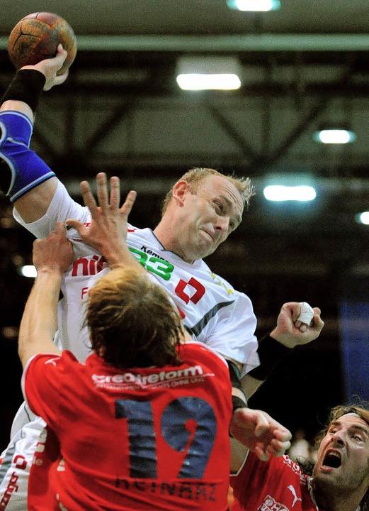 Nicht nur Martin Valo tat sich im erst...r gegen die Abwehr des Bergischen HC.   | Foto: michael heuberger