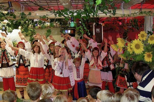 Junge Gäste aus der Ukraine singen