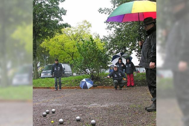 Boulespieler trotzen dem Dauerregen