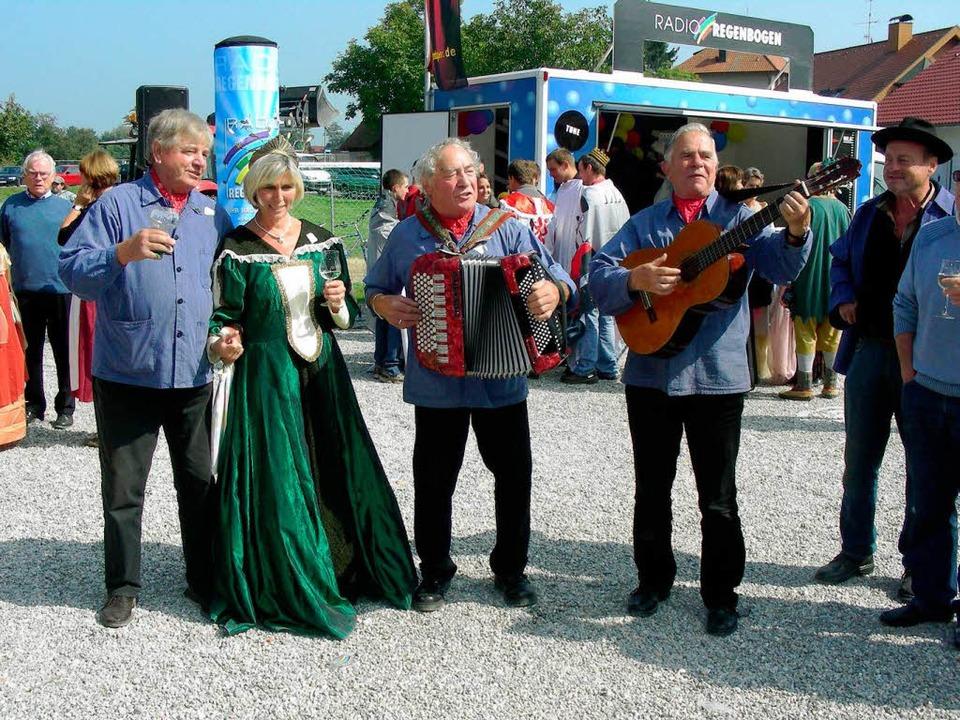 Hofdame mit Bänkelsängern – also...nden Winzer aus Ihringen gerade recht.  | Foto: Mario Schöneberg