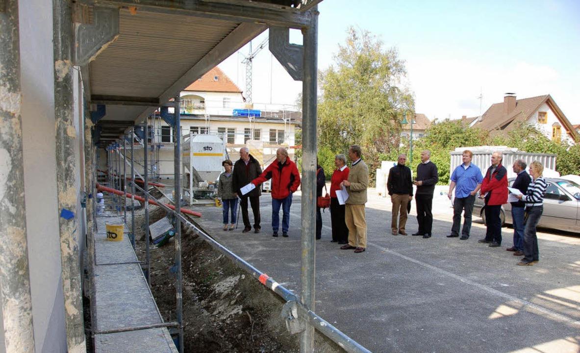 Gemeinderäte informierten sich über die Bauarbeiten an der Grundschule.   | Foto: Karlheinz Scherfling