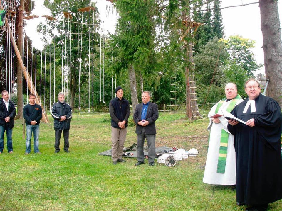 Pfarrer Mathias Geib und sein katholis...Hochseilgarten bei der Jugendherberge.    Foto: Martha Weishaar