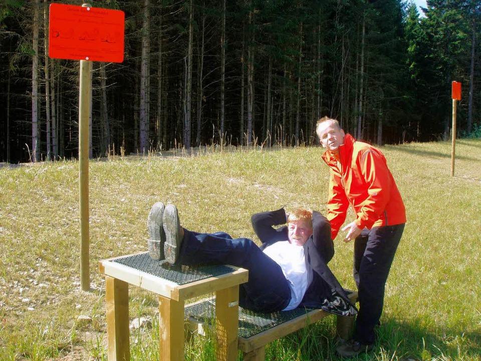 Auch TuS-Vorsitzender Siegfried Schwen...k gleich seine Bauchmuskulatur testen.    Foto: Martha Weishaar