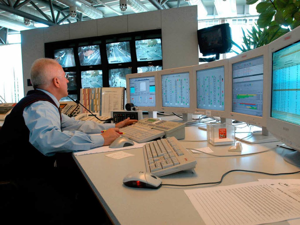 In der Leitstelle der VAG überwacht ein Mitarbeiter den Verkehrsfluss.  | Foto: Ingo Schneider