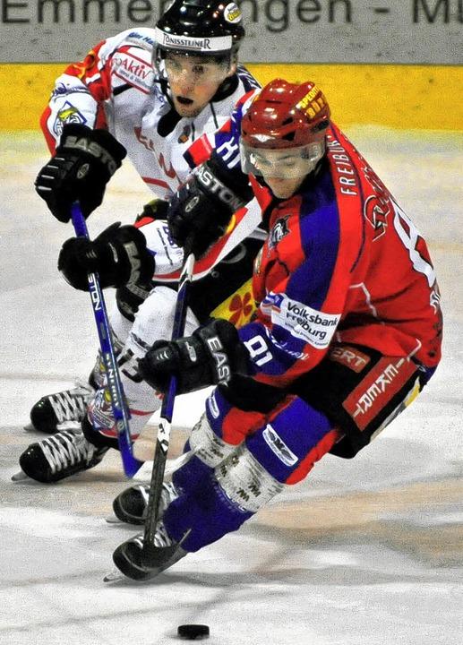 Wölfe-Spieler Christian Billich (vorne) schüttelt Chris Falloon ab.   | Foto: patrick seeger