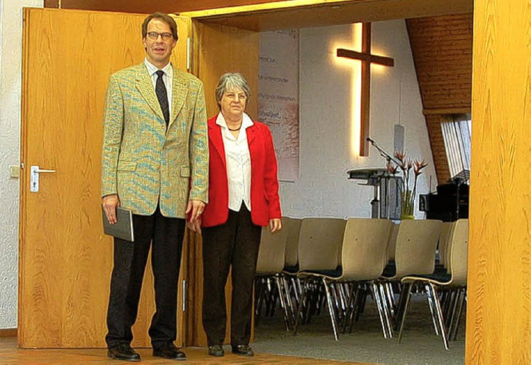 Offene Türen: Pastor Stefan Jung und Kirchenälteste Binninger     Foto: Kiefer