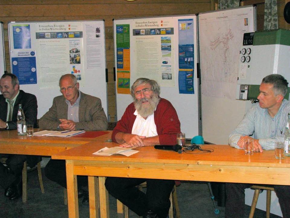 Dr. Michael Sladek, Stromrebell aus Sc...) bei der Dorfversammlung in Hägelberg  | Foto: Erika Dietrich