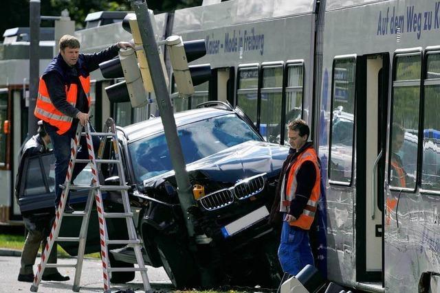Geländewagen prallt gegen Straßenbahn