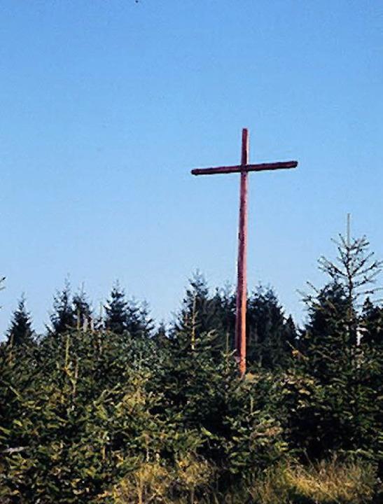 Das Schwedenkreuz am Rohrhardsberg und...i grüne Tannen mit schwarzem Stamm).      Foto: Josef Weber