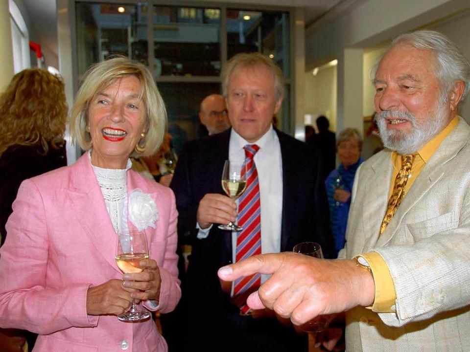 Hermann Dörflinger (Mitte) mit seinen Ehrengästen, Barbara und Wolfram Siebeck.     Foto: sigrid umiger