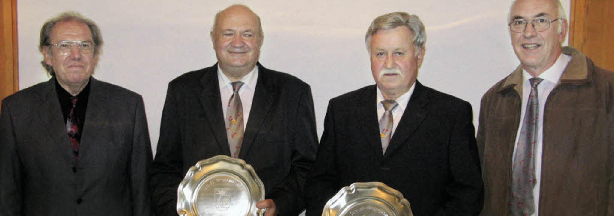Helmut Schwitalla (links) und  Hansjör...mann (2. von links) und  Rolf Haigis.     Foto: Sedlak