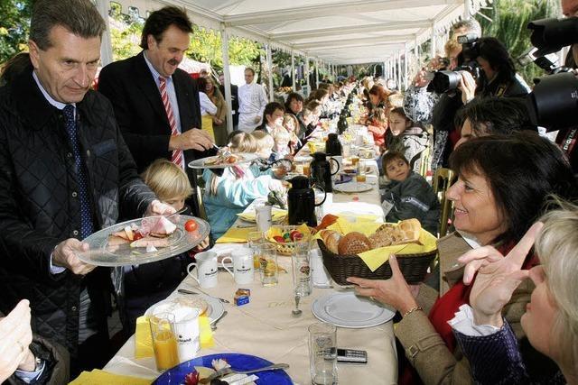 Beim Frühstück übt sich Oettinger im Dankesagen