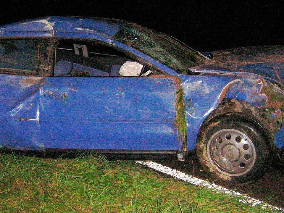 Nur noch Schrottwert hatte dieses Auto...reuzenden Tier auszuweichen versuchte.  | Foto: Polizei