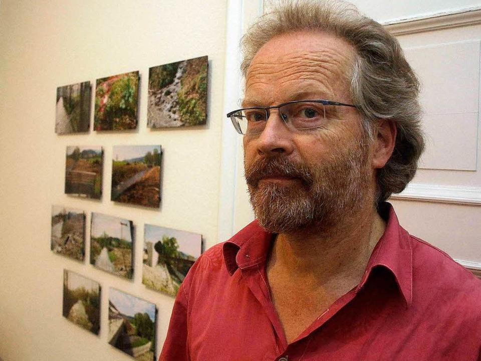Jan Blaß bei der Vorbereitung der Ausstellung im Waldkircher Georg-Scholz-Haus.  | Foto: Frank Berno Timm