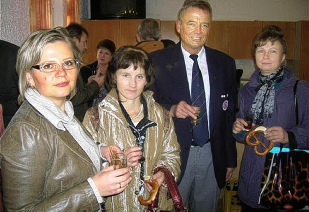 DRK-Ortsvorsitzender Hansdieter Dick hieß die Gäste aus der Ukraine willkommen.  | Foto: franz Hilger