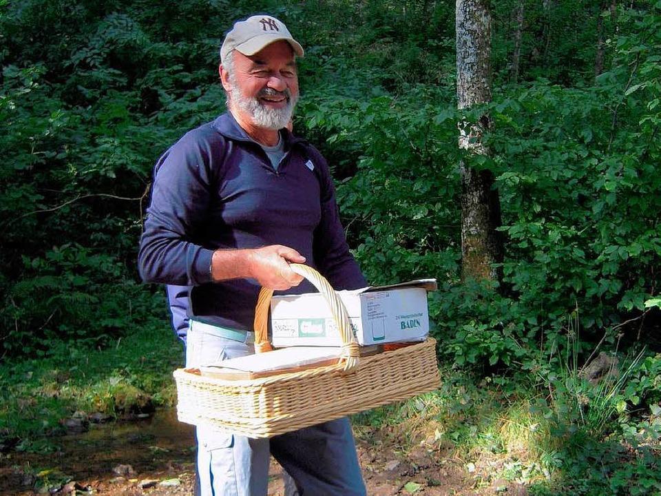Wanderführer Edgar Thümmel hatte Alles...iff (hier Versorgung bei einer Pause).  | Foto: Karin Heinze