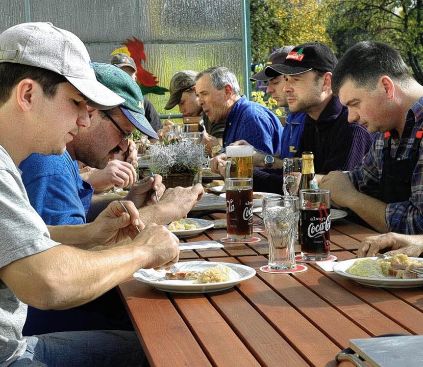 Rund 15 Helfer waren bei der Wühreputz...r Arbeit zu einer zünftigen Mahlzeit.   | Foto: Brigitte Chymo