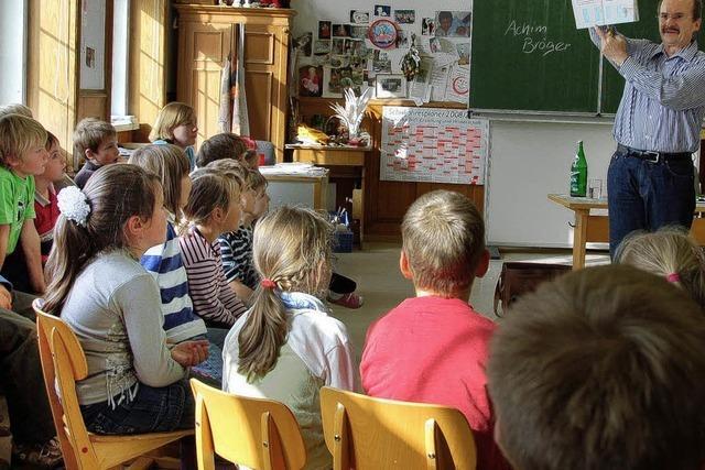 Achim Bröger liest in der Grundschule Birkendorf