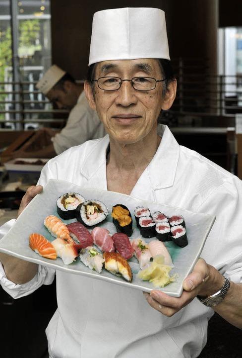 Ein Künstler am Herd, der seine Rolle ...eetang und Wasabi zu Sushi gewickelt.   | Foto: Ingo Schneider